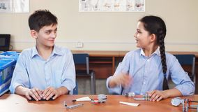 Retrato de dos alumnos que se sientan por un escritorio almacen de video