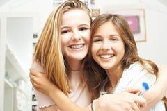 Retrato de dos amigos adolescentes femeninos en dormitorio Fotografía de archivo libre de regalías