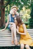 Retrato de dos amigos unformal caucásicos blancos de los adolescentes de los estudiantes del inconformista de las chicas jóvenes Imágenes de archivo libres de regalías