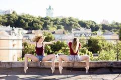 Retrato de dos bailarinas en el tejado Foto de archivo libre de regalías