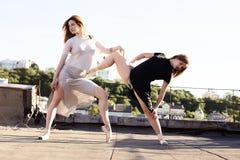 Retrato de dos bailarinas en el tejado Foto de archivo