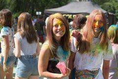 Retrato de dos chicas jóvenes felices en festival del color del holi Foto de archivo