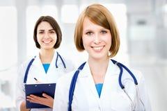 Retrato de dos doctores de sexo femenino acertados Foto de archivo libre de regalías