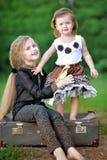 Retrato de dos hermanas imagenes de archivo