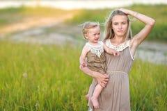 Retrato de dos hermanas imagen de archivo
