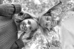 Retrato de dos hermanas imágenes de archivo libres de regalías