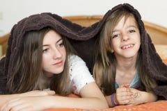Retrato de dos hermanas Foto de archivo libre de regalías