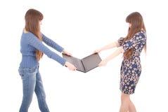 Retrato de dos hermanas de los gemelos con el ordenador portátil Fotos de archivo libres de regalías