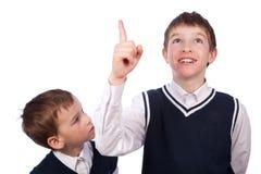 Retrato de dos hermanos en uniforme escolar Foto de archivo libre de regalías