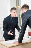 Retrato de dos hombres de negocios enojados en trajes Imagenes de archivo