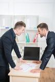 Retrato de dos hombres de negocios enojados en trajes Fotos de archivo