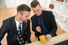 Retrato de dos hombres de negocios hermosos en trajes Fotos de archivo