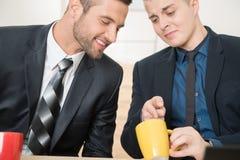 Retrato de dos hombres de negocios hermosos en trajes imágenes de archivo libres de regalías