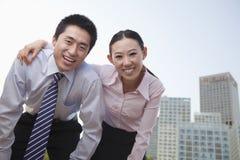 Retrato de dos hombres de negocios jovenes que se inclinan adelante, exterior en el distrito financiero, Pekín Imagen de archivo