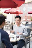 Retrato de dos hombres de negocios asiáticos que se encuentran en una cafetería foto de archivo libre de regalías