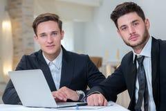 Retrato de dos jovenes y de hombres de negocios motivados Fotografía de archivo libre de regalías