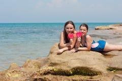 Retrato de dos muchachas del niño en la playa Imagen de archivo