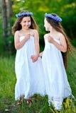 Retrato de dos muchachas en el bosque Fotografía de archivo libre de regalías