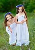 Retrato de dos muchachas en el bosque Fotografía de archivo