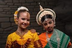 Retrato de dos muchachas en trajes nacionales Imágenes de archivo libres de regalías