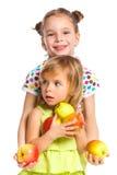 Retrato de dos muchachas felices con la manzana Fotografía de archivo libre de regalías