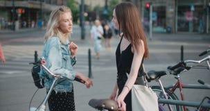 Retrato de dos muchachas felices que discuten las últimas noticias del chisme almacen de metraje de vídeo