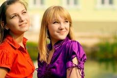 Retrato de dos muchachas hermosas imagen de archivo