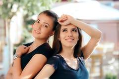 Retrato de dos muchachas hermosas felices Imagen de archivo libre de regalías