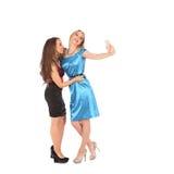 Retrato de dos muchachas hermosas que hacen selfies Foto de archivo libre de regalías