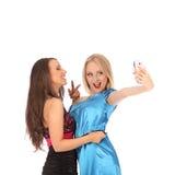 Retrato de dos muchachas hermosas que hacen selfies Imagenes de archivo