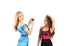 Retrato de dos muchachas hermosas que hacen selfies Fotos de archivo