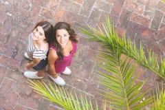 Retrato de dos muchachas hermosas tomadas desde arriba Imagen de archivo libre de regalías