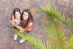 Retrato de dos muchachas hermosas tomadas desde arriba Foto de archivo