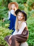 Retrato de dos muchachas de novias en un verano imágenes de archivo libres de regalías