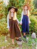 Retrato de dos muchachas de novias en un verano fotos de archivo