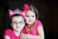 Retrato de dos muchachas rosadas del niño Imágenes de archivo libres de regalías