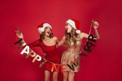 Retrato de dos mujeres alegres felices en vestidos brillantes Fotos de archivo