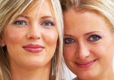 Retrato de dos mujeres felices jovenes Foto de archivo