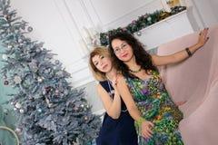 Retrato de dos mujeres hermosas en el abrazo elegante de los vestidos y l fotos de archivo libres de regalías