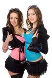 Retrato de dos mujeres jovenes atractivas juguetonas Imágenes de archivo libres de regalías