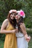 Retrato de dos mujeres jovenes hermosas Foto de archivo libre de regalías