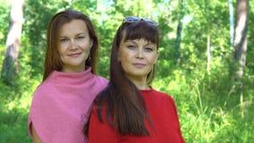 Retrato de dos mujeres sonrientes almacen de video