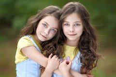 Retrato de dos niñas imagenes de archivo