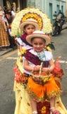 Retrato de dos niñas en trajes durante el Pase Del Nino Parade en Cuenca Ecuador imagen de archivo libre de regalías