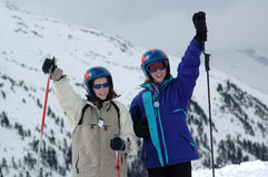 Retrato de dos niños en los esquís Imagen de archivo