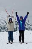 Retrato de dos niños en los esquís Fotografía de archivo libre de regalías