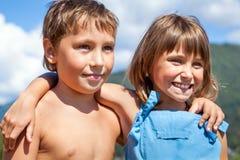 Retrato de dos niños sonrientes en la naturaleza Imagen de archivo libre de regalías