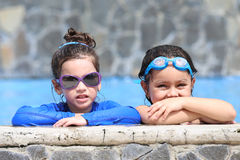 Retrato de dos niñas en la piscina Fotografía de archivo libre de regalías
