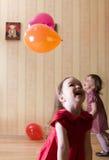 Retrato de dos niñas que juegan con las bolas Imagenes de archivo