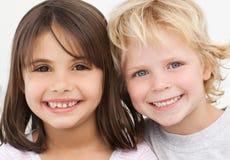 Retrato de dos niños felices en la cocina Foto de archivo